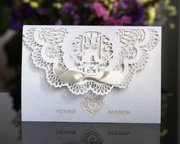 Inviti di nozze blu scuro online-Inviti di nozze nuovi stampabili Taglio laser bianco o blu scuro Scava fuori le carte dell'invito Favori di carta della festa nuziale Vendita calda