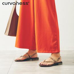 55f5ec644 Curvaness Preto Moda Verão Sapatos de Senhoras Fivela Rebite Clássico  Casuais Mulheres Salto Quadrado de Couro Genuíno Sandálias de Salto Baixo  desconto ...