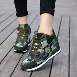 Frauen zwängen hohe spitzen turnschuhe online-2020 Spring Wedge High Top Platform Sneakers Women Camouflage Casual Shoes Women Height Increase Lace Up Women Canvas Shoes MX200801
