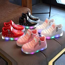 Zapatillas suaves para bebés Zapatillas para bebés con cremallera Zapatillas de primera línea Crystal LED Light Up Zapatillas de deporte luminosas desde fabricantes