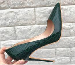 Zapatos de boda rojo oscuro online-Nuevo tipo de patrón de cocodrilo de color verde oscuro Zapatos de tacón alto Cúspide Tacón fino para mujer Zapatos individuales 8 cm 10 cm 12 cm boda fondo rojo tamaño grande 44