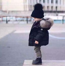 2020 chicos grandes chaqueta abajo Los niños calientes por la chaqueta del espesamiento de pato blanca en caliente de la capa del muchacho del bebé Gran Raccon piel Parkas los muchachos del niño caliente de la chaqueta rebajas chicos grandes chaqueta abajo