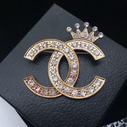 robe diamante Promotion Superbe Effacer Diamante Lettre Et Couronne Broche Fine Cadeau Cristaux Bijoux Pin Mode Femmes Robe Broches De Luxe Élégant Design