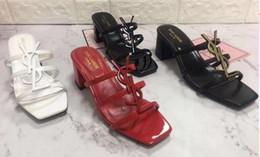 Sandales pantoufles simples en Ligne-19SS NEW ARRIVE GILR femmes YL Paris Tendance De La Mode Début De L'été Alphabet Mules En Cuir Designer Chaussures Simple style haut de gamme sandales HEEL