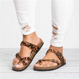 Argentina Diapositivas de verano Sandalias Para Mujer Para Hombre Al Aire Libre Serrín Estampado de Leopardo Fondo Plano Engrosamiento Zapatilla Moda Señoras Zapatos de Venta Caliente supplier leopard print sandals flats Suministro