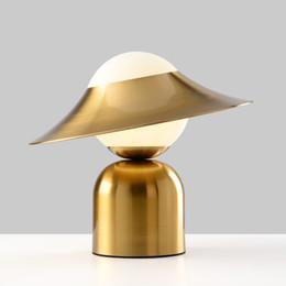 Nordic постмодерн творческий металл шляпа настольная лампа дизайнер гостиной ночники отель арт стол lightEye номер Домашнее освещение 90-260V от Поставщики вынос мотоцикла