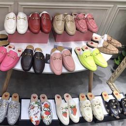 Zapato mocasín de gamuza hombre online-Nuevos Hombres Zapatillas de diseñador Zapatillas de piel Princetown Zapatos de mujer Piel Piel de mula zapatillas de cadena de metal de gamuza Mocasines Zapatos de piel