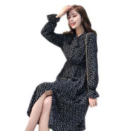 Vestito chiffon dal puntino di polka delle donne online-Elegante abito colletto a pois in chiffon abito da donna con maniche flare, lato diviso, vestito femminile, 2019, primavera, donne, midi, vestidos
