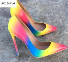 Vestidos de casamento da cor da mistura on-line-2019 New arrival mulheres bombas do casamento sapatos de festa de salto fino bombas do arco-íris ponto dedo colorido sapatos de salto alto cor mix vestido sapatos
