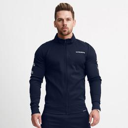 2020 cardigan para hombre xxl Manga para hombre de las chaquetas de deportes de fitness suéter largo otoño invierno delgado de la cremallera Casual Cardigan lado de la raya de impresión de la letra M-XXL del cuello alto cardigan para hombre xxl baratos