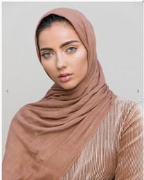 2020 long rayon cachecóis mulheres de alta qualidade 100% Rayon dobra lenço de algodão rugas hijab muçulmano envolve alça longos lenços de 14 cores 180 * 95cm 10pcs / lot long rayon cachecóis barato