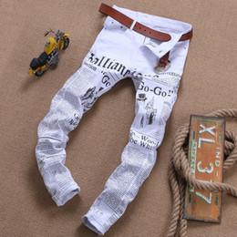 2d7ba2765 2019 frayed white jeans Novo Rasgado Jeans para Homens Magro Motociclista  Com Zíper Jeans Skinny Desgastado