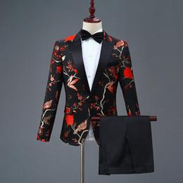 Cuello bordado nuevo diseño online-Hombres chaqueta nuevo diseño para hombre con estilo bordado azul real rojo verde patrón de flores trajes escenario cantante boda novio esmoquin traje