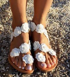 Sandalo fiore coperchio punta online-2019 Estate Trend New Toe Flower fondo piatto coperto Sandali Moda donna con suola piatta Sandali grandi
