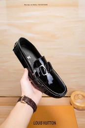 Canada 2019ss Nouvelle marque chaussures habillées pour hommes Angleterre Style en cuir verni perle incrustée sur la racine du talon noir et blanc hommes argenté réflecteur cheap roots shoes Offre