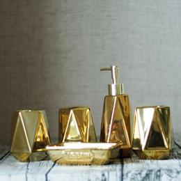 dispensador de sabão em cerâmica banheiro Desconto 5 pçs / set estilo Europeu De Cerâmica De Ouro Conjunto De Banheiro Saboneteira Líquida Dispensador de Saboneteira Porcelana Titular decoração de casa