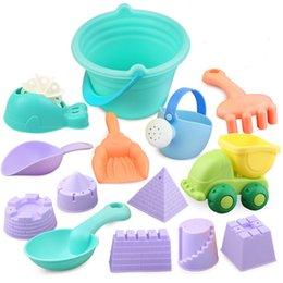 Giocattoli della spiaggia del castello di sabbia online-Wishtime Kids Beach Toys Toddlers Beach Sand Toy Set con secchiello Castle Moulds e Mesh Bag Materiale plastico morbido