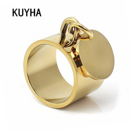 2020 anillos de dedo personalizados Joyería de moda anillos de los anillos de dedo Engravable ancha Banda Oro llano Midi Personalización de anillo de la marca con redondo del encanto del metal etiqueta personalizada Bague anillos de dedo personalizados baratos