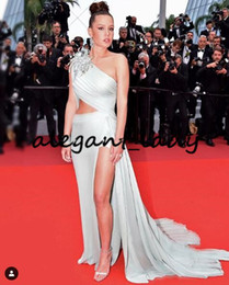 Красная лента для одежды назад онлайн-Cannes 2019 Red Carpet Знаменитости Вечерние платья на одно плечо Лента Sexy Slit Elie Saab Плиссированные вечерние платья