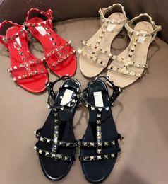 Sexy sandalias planas rojas online-Nuevo 2019 Diseñador Mujer Beige Negro Rojo Jelly Sandals Brand Sexy Summer Rivets Flat Beach Sandal Shoes 35-40 Envío gratis