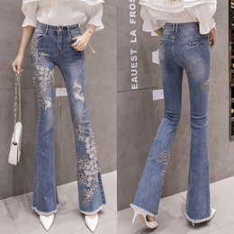 2020 вышитые факельные джинсы BUMPERCROP Flare Pants Skinny Woman Jeans Hole Beading Pearl White Flower Embroidered Flares Hand Made High Street Denim Pants скидка вышитые факельные джинсы