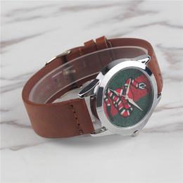 Relojes para mujer online-Amante de los relojes Famous Brand Mens Womens Nueva Moda Clásico Relojes de cuarzo Hombre de cuero Bee Snake Face Deporte casual con caja Orologio femenino