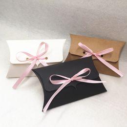 rosa band süßigkeiten geschenke Rabatt 240 teile / los Kraftpapier 12,5 * 8 * 2,5 cm Kissen Geschenkbox Hochzeit Bevorzugungen Geschenk Süßigkeitskästen Mit Rosa Band