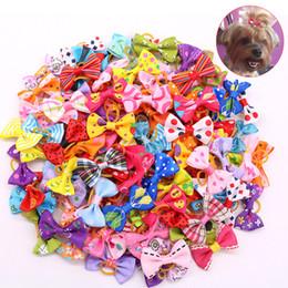 Gomas de pelo de perro online-Arcos del pelo de perro con bandas de goma de Topknot perro lindo arquea las pinzas de pelo de perro del animal doméstico lindo preparación del animal doméstico del gato pequeños arcos de flores