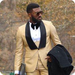 Últimos diseños, amarillo, esmoquin, trajes de hombre para la boda, negro, chal, solapa, hombre, chaqueta, pantalones, chaleco, 3 piezas, slim fit, traje, homme prom desde fabricantes