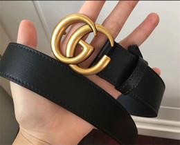 Clásicos, hombres y mujeres, letras retro, oro, hebilla lisa, negocios de ocio con una variedad de diseños de cuerpo de cinturón de tamaño pueden ser al por mayor desde fabricantes