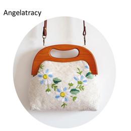 2019 koreanische stickentasche Angelatracy Stickerei Handtasche Frauen handgemachtes Tote Blumen Schulranzen Kamille Korean Floral-Taschen Vintage Holzgriff Wristlets günstig koreanische stickentasche