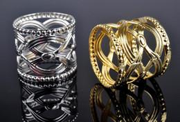 Anelli di tovagliolo cinese online-Fabbrica all'ingrosso 100pcs Directsale rotondo intagliato stile cinese portatovagliolo Hollow modello rotondo oro titolari d'argento