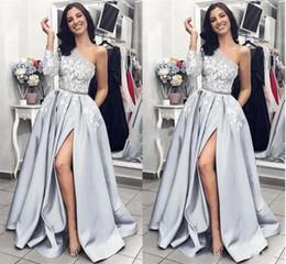 Vestidos modernos da graduação on-line-2019 Elegante Vestidos de Baile de Um Ombro Lado Superior Dividir Trem Da Varredura Formal Do Partido Do Vestido de Noite Com Bolsos Modern Chic graduação Dres