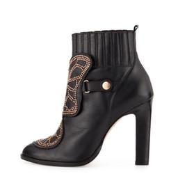 Blocos de sapato on-line-Sophia Webster borboleta ankle boots mulheres bloco de salto alto rebites de ouro cravejado botas sapatos de couro de patente mulheres primavera inverno marca botas