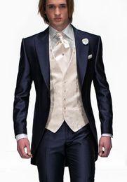 Argentina Diseño de moda Azul marino Novio Esmoquin Pico Solapa Un botón Padrinos de boda Para hombre Esmoquin de boda Excelente hombre Traje de 3 piezas (chaqueta + pantalones + chaleco + corbata) cheap navy tuxedo peak lapel Suministro