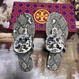 Lanière en Ligne-Pantoufles Tory D'été Femmes T-strap Flip Flops Boucle Sangle Lady Diapositives Gold Sliver Mujer Femmes Chaussures Thong Sandales Créateurs FASHION
