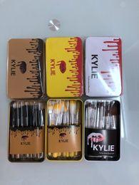 polvos cosméticos kylie Rebajas Mayor de la alta calidad de DHL herramientas Kylie maquillaje maquillaje profesional cepillo del sistema de viaje caja de hierro portátil set 12 PC fijó el cepillo de polvo cosmético