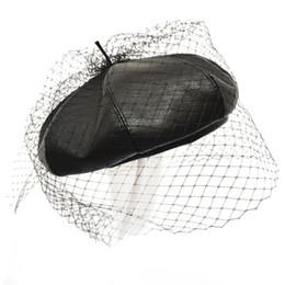 Boina de malla online-Fascinante de cuero Negro del sombrero de la boina francesa elegante con velo de malla de doble capa Mostrar Mujeres Cap Gorros Beret