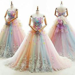 Rainbow Vestido de fiesta de colores Vestidos de quinceañera Vestido sin tirantes con cuentas Dulce 16 Vestido de tren de barrido Flores con apliques de tul vestidos de mascarada desde fabricantes