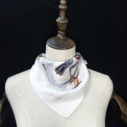 nuova sciarpa di seta da donna in bianco e nero piccolo quadrato in raso di seta nome grande usura professionale sciarpa Boot stampa modello piccolo nastro fascia per capelli da sciarpa di seta bianca delle signore fornitori