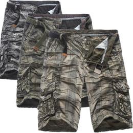 Pantaloni corti degli uomini coreani di modo online-2019 estate degli uomini camuffamento pantaloni cargo coreano bicchierini allentati mens hip hop streetwear pantaloncini in cotone moda globale