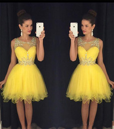 Sparkle Short Giallo Prom Dresses 2019 A Line Sheer Neck in rilievo di cristallo perline Abiti da cerimonia per abiti da party da