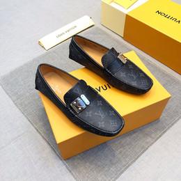 Tasarımcılar İngiliz Erkekler Siyah Loafer Ayakkabı Moda Lüks Işlemeli Faux Süet Rahat Ayakkabılar Adam Daireler Üzerinde Kayma Sürücü Ayakkabı Boyutu 38-45 supplier shoes 38 size for men nereden erkekler için 38 ebatlı ayakkabılar tedarikçiler