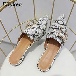 Decoración exterior online-Eilyken Ladies Mules zapatillas punta estrecha fuera de las mujeres zapatos de metal decoración plana talón zapatillas Serpentina zapatos tamaño 35-41