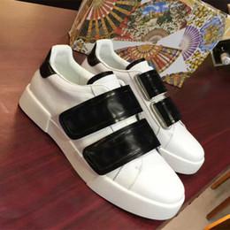 2019 цвета одежды мужчины обувь Новые повседневные туфли Мужчины Женщины Благородные туфли Красивые кроссовки на платформе Роскошные дизайнерские туфли Кожаные однотонные туфли скидка цвета одежды мужчины обувь