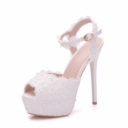 Недорогие белые пятки на носках онлайн-Белые Кружева Платформа Свадебная Свадебная Обувь 2019 туфли на шпильках Peep Toes Лодыжки Strpas Жемчуг Женская Обувь Для Особых Случаев Дешевые Сандалии