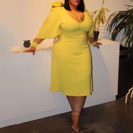 sexy vestidos de talla mediana más largos Rebajas Elegante de la fiesta de boda para los vestidos de las mujeres con cuello en V Amarillo Tamaño más atractivo ahueca hacia fuera la ropa del otoño media pantorrilla Femma Dreses Nueva