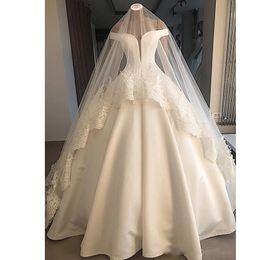 Velos blancos online-Elegante blanco fuera del hombro satinado vestidos de novia con velo de novia sin respaldo volantes vestido de bola vestidos de novia capilla vestido de novia