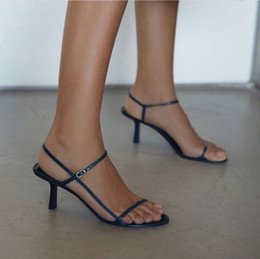 2019 kadın tasarımcı ayakkabı Yaz Çıplak deri sandalet yumuşak donanma deri 65mm zarif ince askıları şaşırtıcı rahat nereden