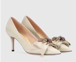 bombas para calçado Desconto Venda quente-Sapatos de Salto Alto Das Senhoras Apontou Toe Bowtie Metal Abelha Sapatos de Couro Genuíno Moda Bombas Nova Primavera Calçados Sapatos